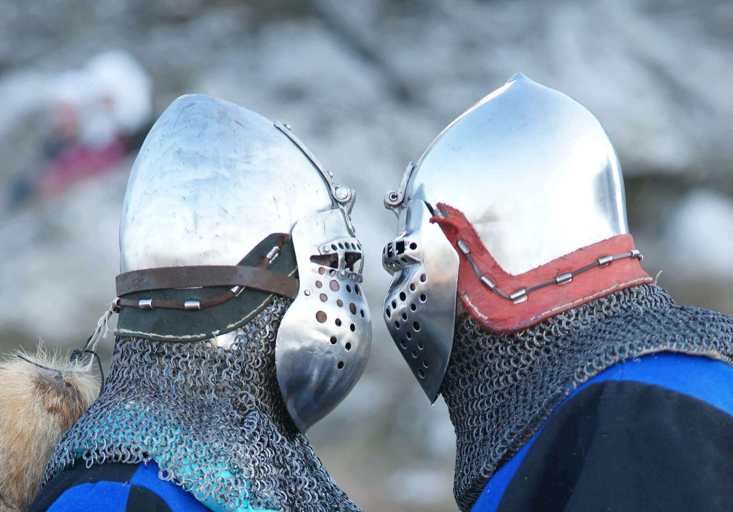 dwóch rycerzy w zbrojach patrzących się na siebie