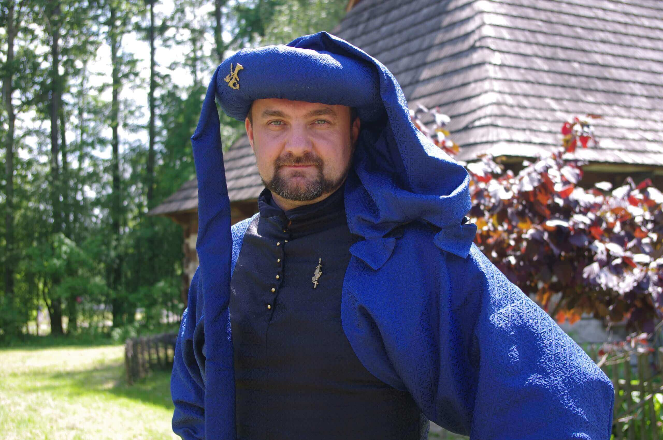 rycerz w stroju średniowiecznym podczas imprezy historycznej